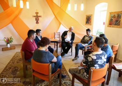 A terem díszítése Vanyarcon is Taize-i stílusú