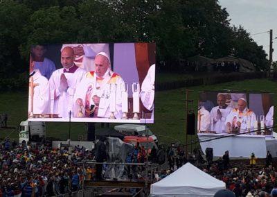 Ferenc pápa sok százezer ember között